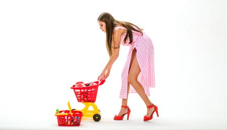 Acheter et vendre. Il est parfait. Que pensez-vous de ceci. femme rétro acheter des produits pour la famille isolés sur blanc. femme vintage avec panier. cyber-lundi. accro du shopping femme mode Banque d'images