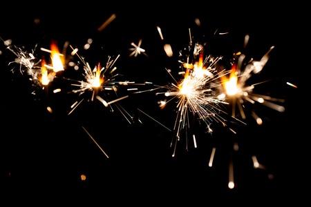 L'effet isolé de la lumière lumineuse festive.Magic. Pour le fond des vacances et de l'anniversaire. Feux de Bengale.