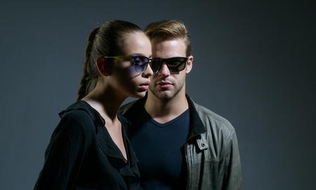 Unico. Coppia innamorata. Modelli di moda in occhiali da sole alla moda. Coppia di uomini e donne indossano occhiali alla moda. Relazioni d'amore. Giornata dell'amicizia. Rapporti di amicizia. Geek accattivante