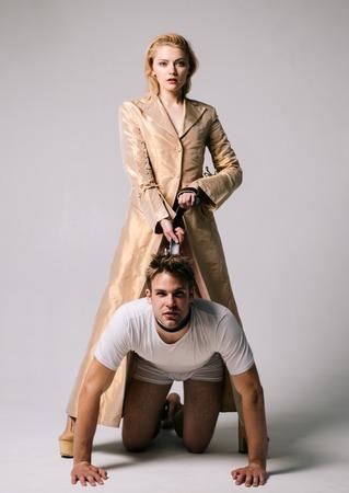 Bondage et concept. L'homme en levrette. Femme dominante. Viol et jeu sexuel pour homme. Banque d'images