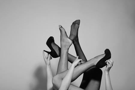 belles jambes féminines en collants noirs