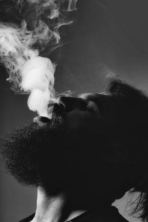 Homme barbu avec de la fumée Banque d'images