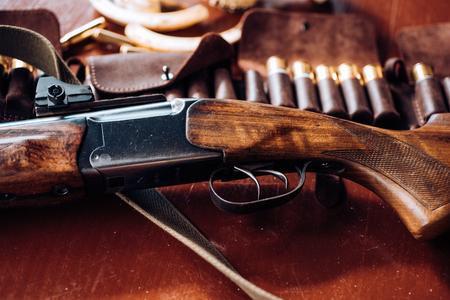 Haalde de trekker van het jachtgeweer over. Gesloten en open jachtseizoen. Jacht uitrusting.