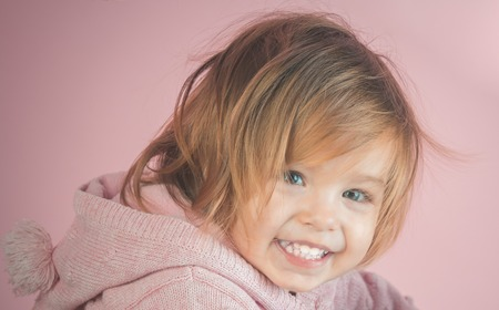 little girl child smiling. autumn and spring kid fashion. small happy girl. childhood and happiness. Archivio Fotografico - 118696410