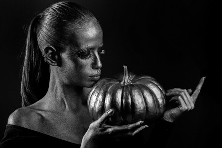 golden woman with halloween pumpkin Banque d'images - 114657064