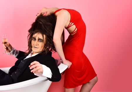Eine Liebesgeschichte durch Körperbewegungen erzählen. Pantomime-Künstler. Paare in der Liebe Pantomime genießen im Badezimmer. Paar Pantomime und sinnliche Frau. Eine Pantomime-Show. Eine stille Kunst. Romantik zwischen den Darstellern. Standard-Bild