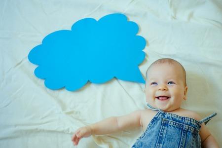 Sono così felice. Ritratto di bambino felice. Dolce piccolo bambino. Nuova vita e nascita. Famiglia. Cura dei bambini. Giorno dei bambini. Ragazzina. Io posso parlare. Parola in nuvola. Felicità dell'infanzia.