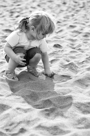 Cute baby boy play with sand Banque d'images - 115035270