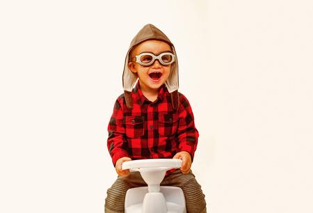 Avancer et reculer. Garderie ou crèche. Garçon enfant sur jouet d'équitation. Petit bébé aime jouer à la maternelle. Le petit bambin développe son équilibre et sa motricité. Petit tour d'enfant sur la voiture de jouet