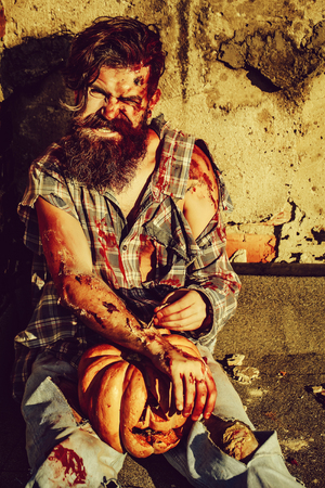 Zombie man with Halloween pumpkin Imagens