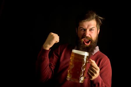 Brauereikonzept. Glücklicher lächelnder Mann mit Bier. Älterer Mann, der Bier mit Überraschungsgesicht trinkt. Glücklicher Brauer. Bier in Großbritannien.