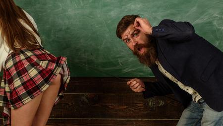 Educazione sessuale. Gioco di ruolo sessuale. Insegnante uomo barbuto e gambe minigonna femminile. Imparare il corpo femminile. Concetto di vita sessuale. Dominazione e sottomissione. Studente desiderabile