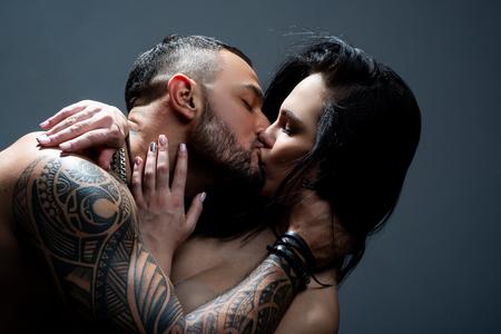 Apasionada pareja besándose. Pareja romántica besándose. pareja enamorada. amor y romance. día de San Valentín. Amantes jovenes. te amo. pareja besándose. deseo y tentación. relación caliente