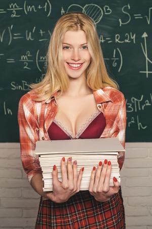 Étudiante universitaire sur le campus. Étudiant sensuel.
