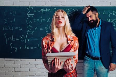 Innamorarsi all'università. Romanticismo sul posto di lavoro di un bell'uomo e di una donna all'università. Coppia innamorata. Colleghi di sesso femminile e maschile che si incontrano sul posto di lavoro. Romanzo da biblioteca.