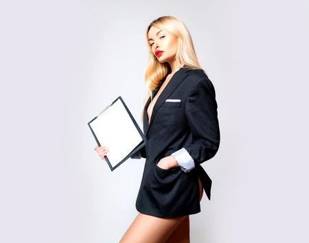 Este elegante portapapeles mantiene todos los documentos a mano. Mujer de negocios sexy con tablero de clip. Gerente sensual con tablero de escritura para la gestión de documentos. Solución de tablero de clip, espacio de copia
