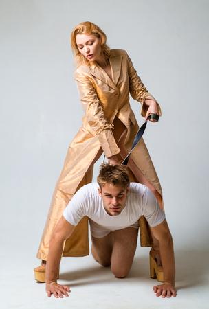 ¿Quién manda aquí? Juego dominante. Mujer y hombre jugando juegos de dominación. Relaciones amorosas y dominantes. Concepto de dominación o servidumbre. Mujer dominante. Chico sumiso Foto de archivo