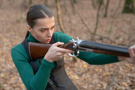 Jäger tragen Gewehr. Zielschuss. Jägerin im Wald. Frau mit Waffe. erfolgreiche Jagd. Jagdsport. Mädchen mit Gewehr. jagen jagen. Waffenladen. militärische Mode. Zielerreichung