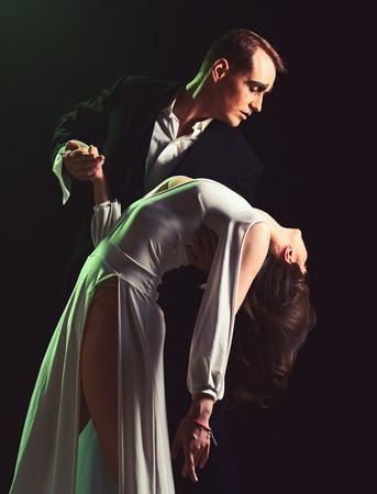 Demasiadas emociones. El hombre y la mujer mimo actúan en una escena romántica. Un par de mimos realizan un romance en el escenario. Pareja de enamorados con maquillaje de mimo. Actores de teatro que imitan a través de movimientos corporales