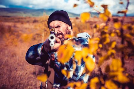 Saison de chasse d'automne. Close up carabine de tireurs d'élite à la chasse en plein air. Chasseur avec fusil de chasse à la chasse. Chasse sans frontières. Braconnier dans la forêt. Banque d'images
