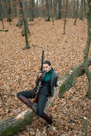 udane polowanie. sport polowania. myśliwy w lesie. kobieta z bronią. Celny strzał. dziewczyna z karabinem. polowanie na polowanie. Sklep z bronią. moda wojskowa. osiągnięcia celów. polowanie na środowisko naturalne