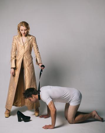 ¿Quién manda aquí? Mujer y hombre jugando juegos de dominación. Relaciones amorosas y dominantes. Concepto de dominación o servidumbre. Mujer dominante. Chico sumiso. Juego dominante