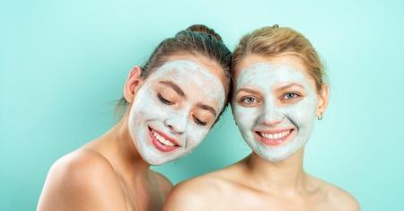 Cura e divertimento. Terme e benessere. Sorelle degli amici delle ragazze che fanno la maschera facciale dell'argilla Maschera antietà. Rimani bella. Cura della pelle per tutte le età. Donne che si divertono con la maschera di pelle di cetriolo. Pura bellezza. Prodotto di bellezza