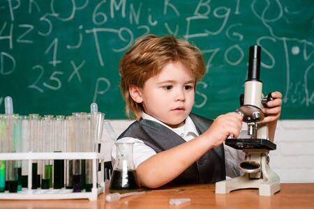 Biologie-Experimente mit Mikroskop. 1. September. Bildung. Schulkonzept. Vorschulkind. Kleine Kinder im Schulunterricht. Kleiner Kinderwissenschaftler, der Biologie im Schullabor verdient.