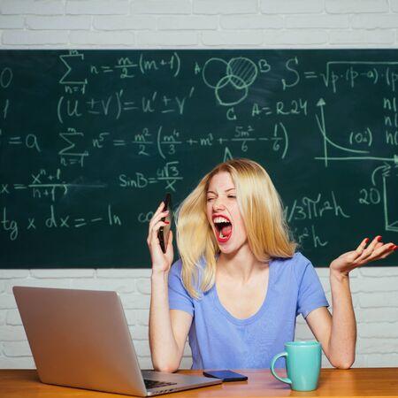 Retrato de estudiante serio cansado. Situación de conflicto. Freelancer mujer con buen humor usando computadora portátil. Estudiantes adolescentes con cuaderno escolar. Estudiar en la universidad.