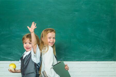 Lehrer und Kind. Zurück zur Schule. Netter kleiner Vorschulkindjunge mit kleinem Kindermädchen in einem Klassenzimmer. Fertig für die Schule. 1. September. Grundschule. Bildungsprozess.