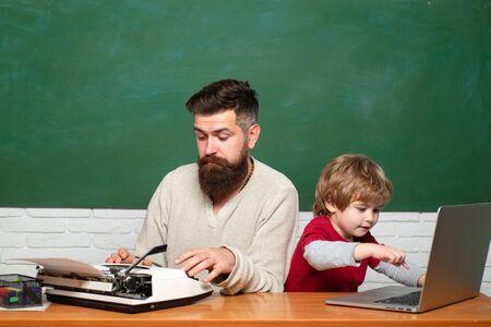Der Lehrer bringt einem Schüler bei, ein Mikroskop zu benutzen. Konzept der Bildung und des Lernens von Menschen - kleiner Studentenjunge und Lehrer. Junge macht mit seinem Vater seine Schulhausaufgaben. Konzept für junge Erwachsene.