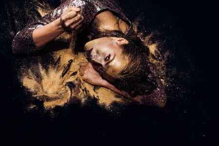 Vogue- und Glamour-Konzept. Goldene Haut. Hübsches Gesicht der attraktiven Frau mit metallisierter Farbe der Make-up- und Körperkunst. Spa und Wellness. Goldene Maske. Luxus-Schönheitsverfahren. Reines Gold. Goldene Dame entspannt lady