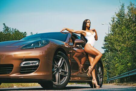 Konzept des Marketings und der Werbung für exklusives Auto. Heißes Modell in einer transparenten Babypuppe und Absätzen. Gesunder Körper.