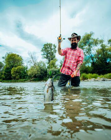 Wędkarstwo muchowe na pstrągi. Wędkowanie w rzece. Łapie rybę. Łowienie dużej ryby na wędkę. Wędkarstwo muchowe - metoda połowu pstrągów.