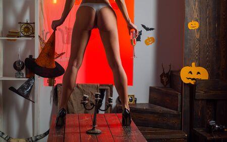 Kürbis mit Esel. Damenbekleidungsgeschäft feiert Halloween. Sexy Horror-Hintergrund. Sexy Mädchen haben die besten Ideen für Halloween. Glückliche Halloween-Hexen mit großem Arsch. Standard-Bild