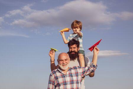 Generación de hombres. Padre e hijo con abuelo - familia amorosa feliz. Generación de personas y etapas de crecimiento. Padre e hijo disfrutando al aire libre. Gente de familia. Actividad de ocio. Foto de archivo