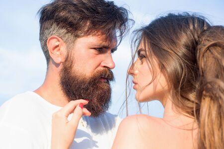 Homme passionné embrassant doucement une belle femme avec désir. Embrassez-vous en vous taquinant en profitant de la tendresse et de l'intimité. Aimer l'homme caressant étreignant la femme embrassant. Banque d'images