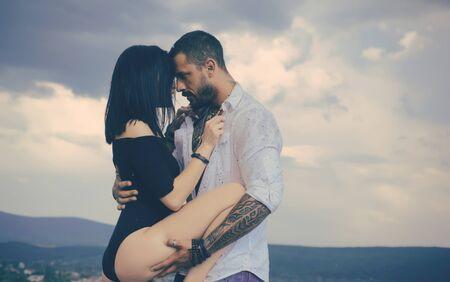 Lieben und flirten. Muskulöser Mann und passendes schlankes junges weibliches Küssen. Paar Ziele. Erotik. Sexy Paar macht Liebe, Leidenschaft. Standard-Bild