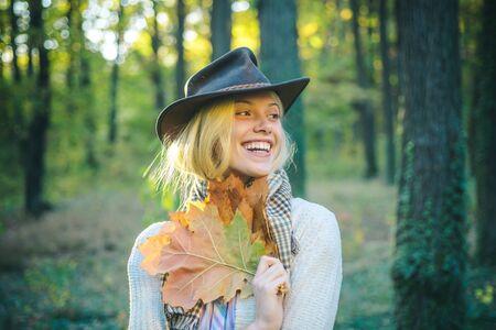 Mujer de otoño. Sueños de otoño y caída de hojas. Mujer bonita y guapo caminando en el parque y disfrutando de la hermosa naturaleza otoñal.