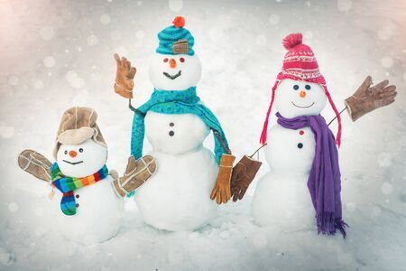 Winter snowman family. Christmas background with snowman family. Happy winter time. Snowman isolated on snow background. Snow men. Winter time scene. New year concept. Standard-Bild - 128418756