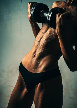 Sport- en fitnessconcept. Fitness en aantrekkelijk sportief meisje. Meisje met een perfect lichaam. Stockfoto