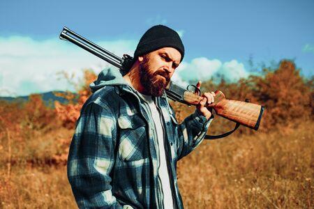 Człowiek myśliwy. Hunter z pistoletem na polowanie. Karabin pistoletowy.