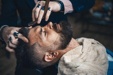 Concetto di barbiere. Dopo la rasatura irritazione. Barbiere. Cera per baffi. Parrucchiere e barbiere vintage.