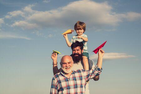 Padre hijo y abuelo relajándose juntos. Abuelo con hijo y nieto divirtiéndose en el parque. Juego familiar de fin de semana. Hombres de diferentes edades.
