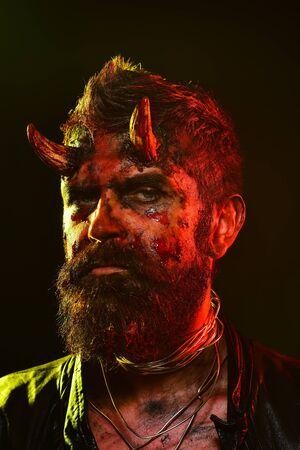 Halloween satan avec barbe, sang rouge, blessures sur le visage