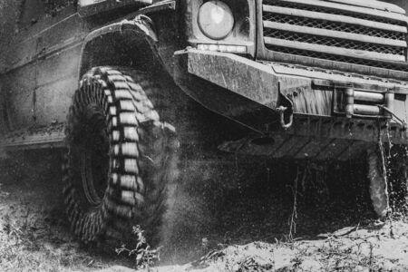 Le véhicule hors route va sur la montagne. Piste sur boue. Voiture tout-terrain 4x4 SUV. Voiture tout-terrain. Safari.