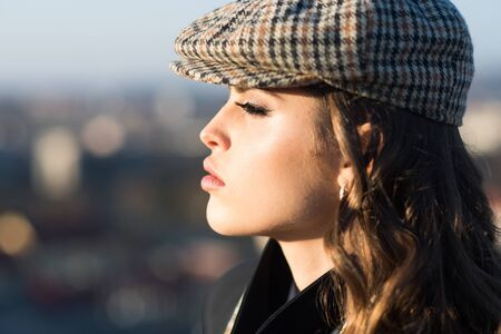 Beauty and fashion look. Looking trendy. Confident in her choice. french girl with curly hair in autumn beret. vintage woman with makeup. retro fashion woman with makeup, parisian Zdjęcie Seryjne