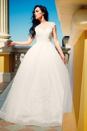 Eleganter Hochzeitssalon wartet auf Braut. Schöne Brautkleider in der Boutique. Glückliche Braut vor der Hochzeit. Wunderschönes Brautkleid. Frau bereitet sich auf die Hochzeit vor. Träume werden wahr. Glücklicher Moment