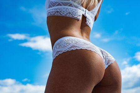Ze draagt hete lingerie. Bikini strand. Groot van mooi meisje. Zomervakantie en reizen. Ideale anti-cellulitis lichaams- en huidverzorging voor vrouwen.