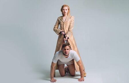 Dominant. Femme et homme jouant à des jeux de domination. Relations amoureuses et dominantes. Concept de domination et de servitude. Les femmes dominantes.